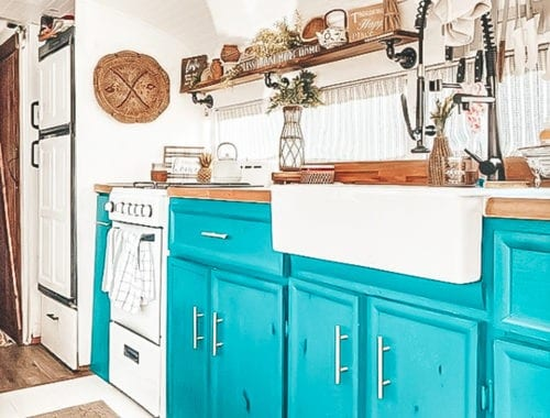 Today we're featuring the Hanzian Bus skoolie - a bus conversion that mixes bold teal with rustic, neutral tones. Check out this gorgeous school bus! | Since We Woke Up | sincewewokeup.com